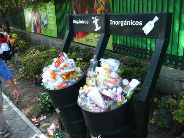 Basureros diferenciados con basura no diferenciada (ni menos recogida) en Chapultepec