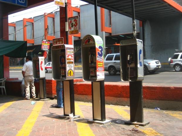 Teléfonos en Calzada de Tlalpan, frente a estación Viaducto. Foto: Rodrigo Díaz