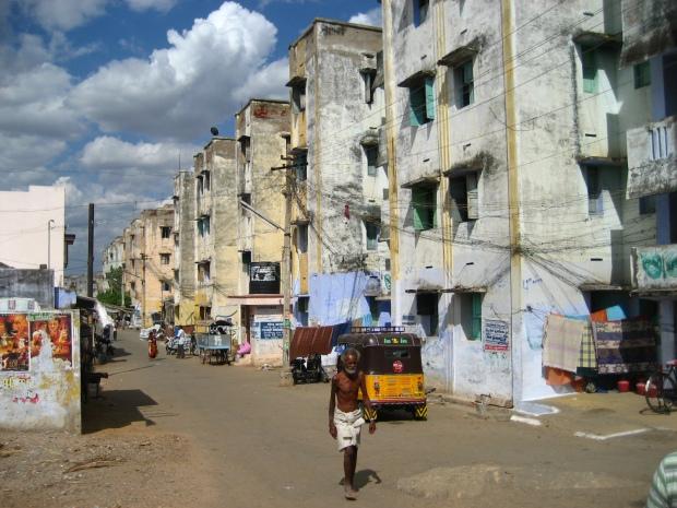 Entre el clásico edificio de viviendas indio y lo que ofrece Tata no habría mucho donde perderse. Imagen: Rodrigo Díaz