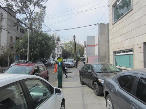 Colonia Lomas Virreyes, viernes 18 de enero, 16.00 hrs. 3 automóviles en la acera