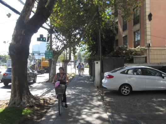 Ciclista en la vereda