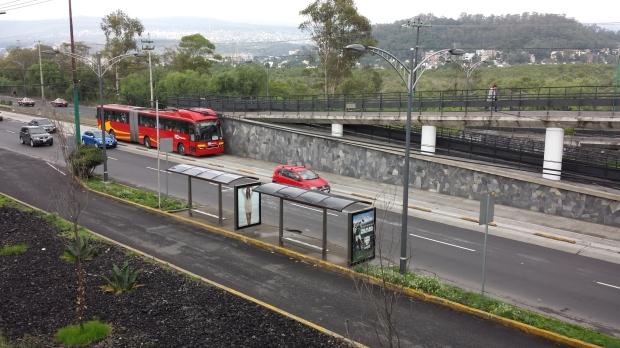 Rampa monumental en estación Centro Cultural Universitario, Línea 1 Metrobús. Imagen: Rodrigo Díaz