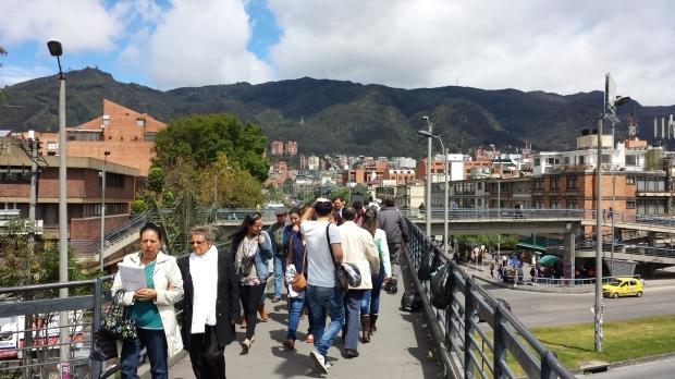 Arriba del puente en TransMilenio. Imagen: Rodrigo Díaz