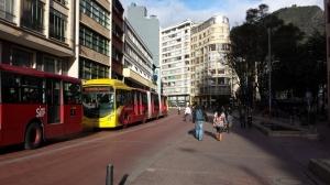 Buses de TransMilenio en   Avenida Jiménez de Quesada, Bogotá. Imagen: Rodrigo Díaz