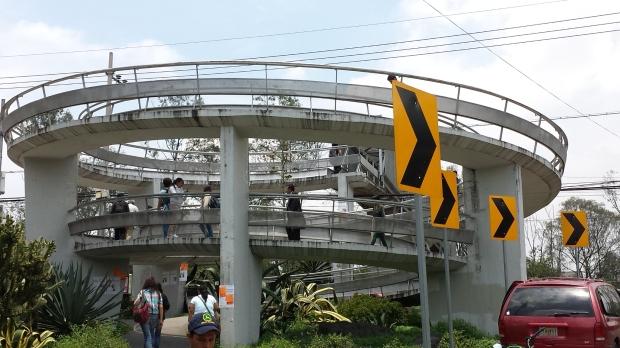 Rampa en espiral, estación Ciudad Universitaria, Línea 1 de Metrobús. Imagen: Rodrigo Díaz