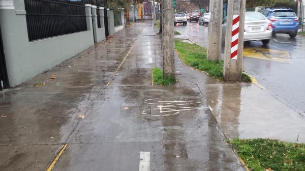 """""""Ciclovía"""" en Ñuñoa, ejemplo del estándar que hay que dejar atrás cuanto antes. Imagen: Rodrigo Díaz"""